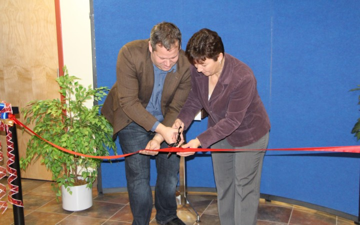 Health Minister Glen Abernethy and chair of Fort Smith's health management board Brenda Johnson cut the ribbon on the new health centre.